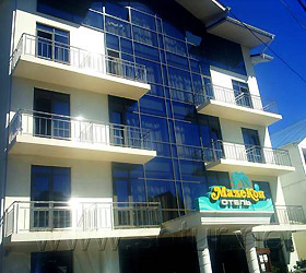 """Отель  """"Малекон """" занимает пятиэтажное здание, которое расположилось на тихой зеленой улочке курортного Адлера в двух..."""